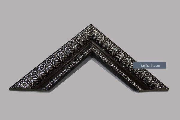 Khung tranh đen với họa tiết màu bạc cầu kỳ
