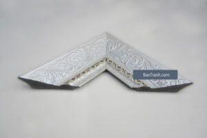 khung tranh màu trắng bạc họa tiết hoa nổi cực kỳ tinh tế và đẹp