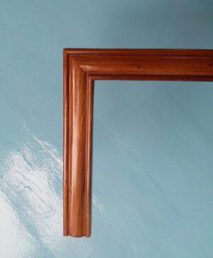 Khung tranh gỗ màu nâu cánh gián đẹp và tinh tế